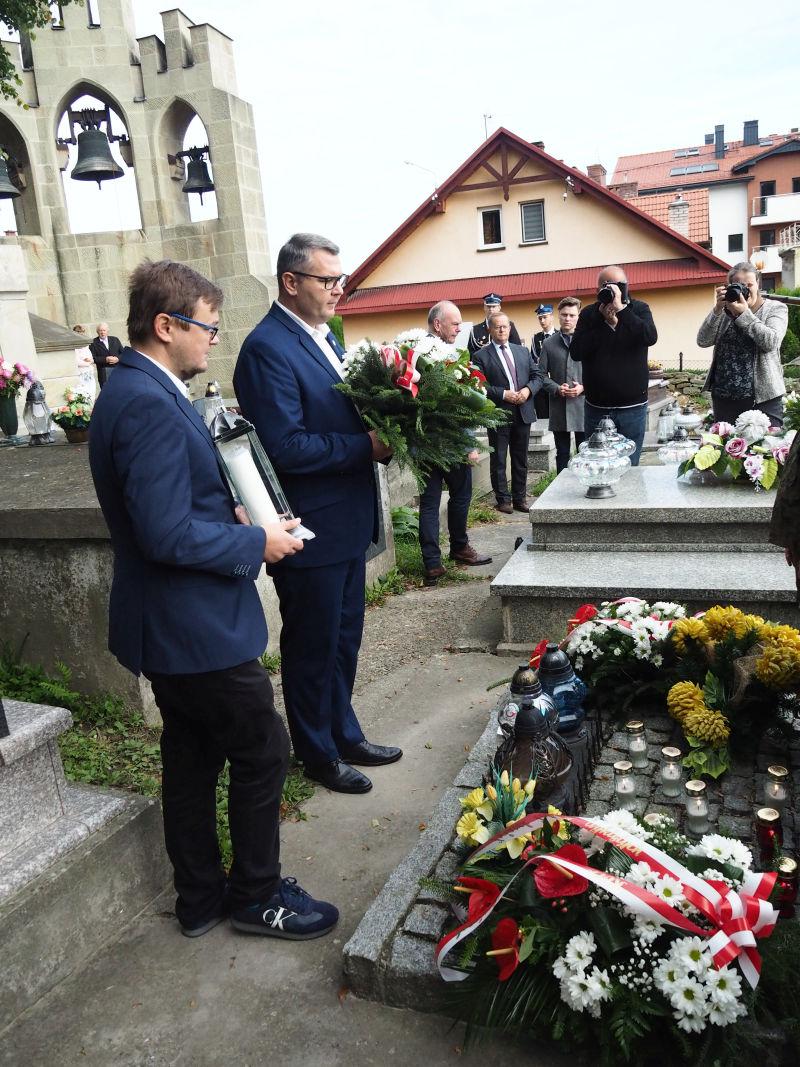 Wiązanki kwiatów na grobie żołnierzy