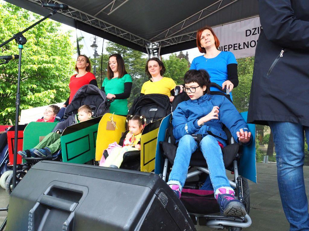 Obchody Dnia Godności Osób z Niepełnosprawnością Intelektualną na myślenickim rynku