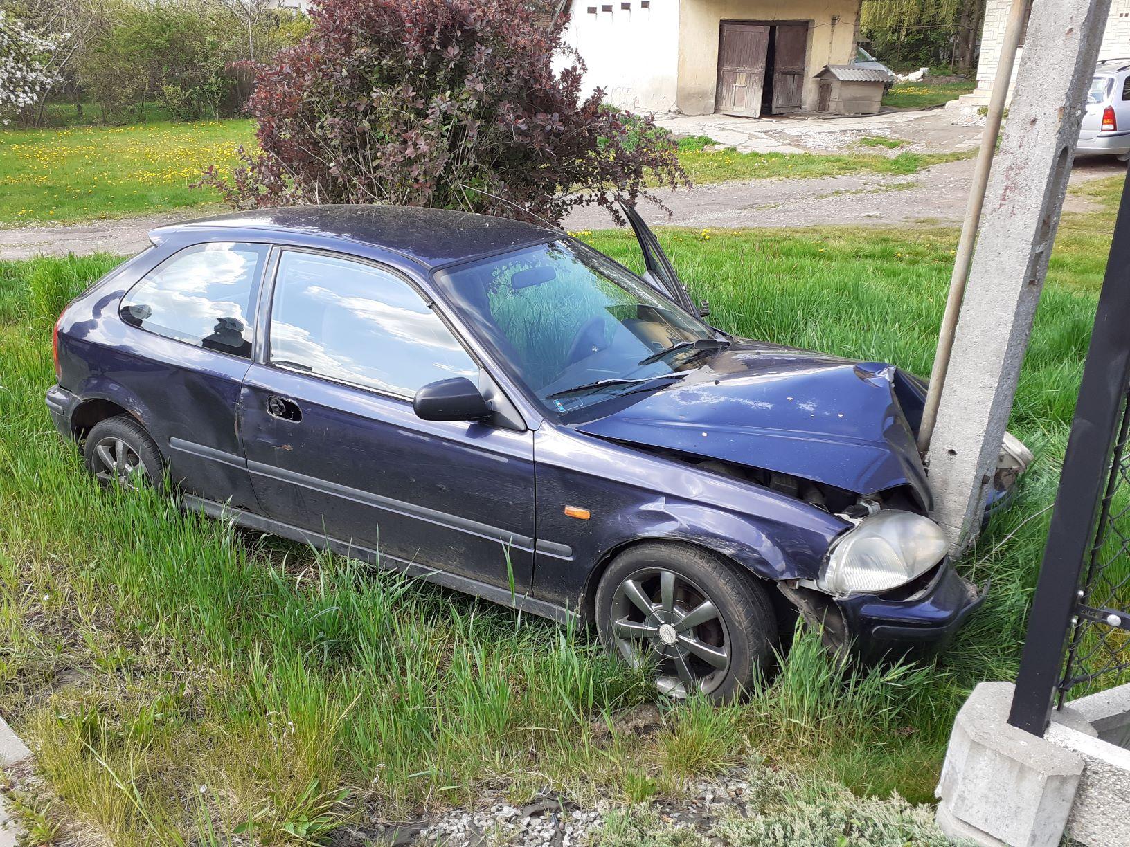 W Polance samochód staranował … słup