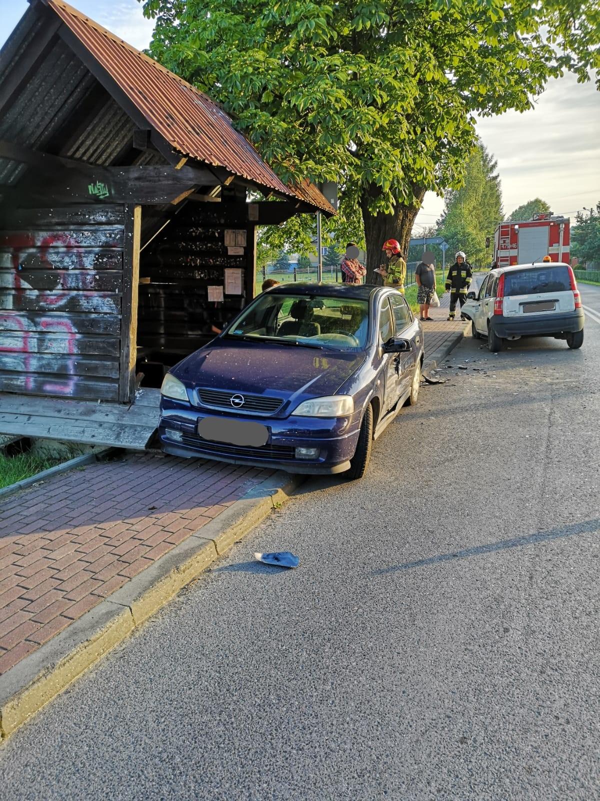 Zderzenie samochodów i uszkodzona wiata w Zakliczynie