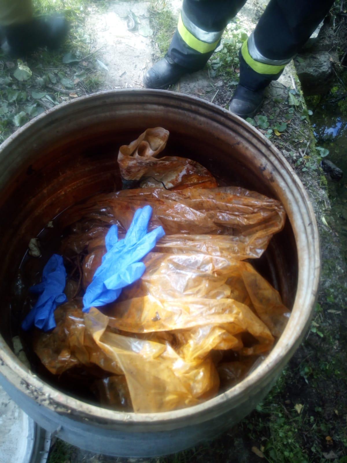 Beczka z odpadami w cieku wodnym