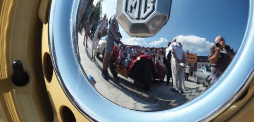 Zabytkowe samochody na myślenickim rynku